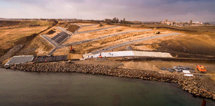 Строители моста в Крым укрепили склон геомембраной