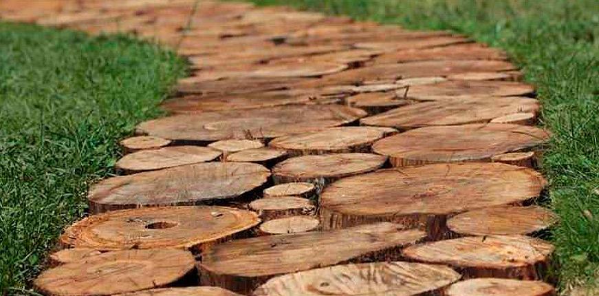 Дорожка из спилов дерева в саду